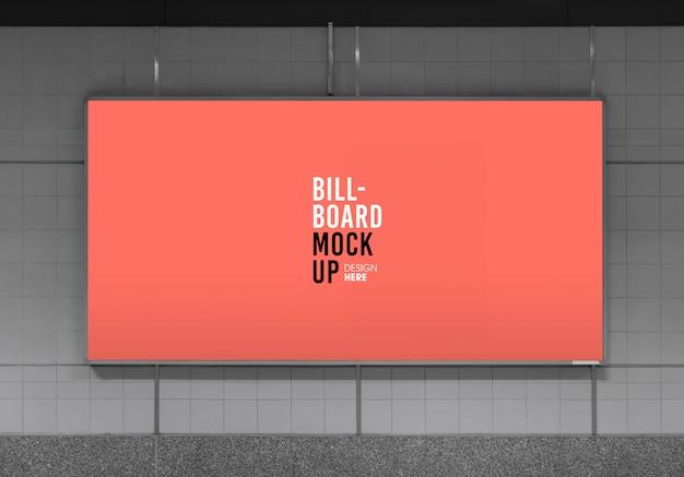 Maqueta de cartelera en la estación de metro o metro, útil para publicidad.