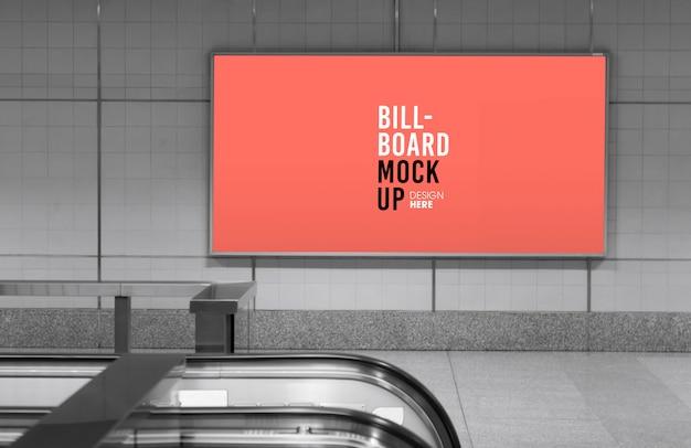 Maqueta de cartelera en la estación de metro o metro