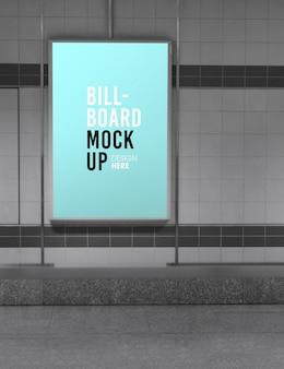 Maqueta de cartelera en la estación de metro