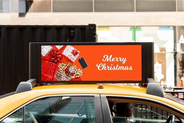 Maqueta de cartelera navideña en taxi