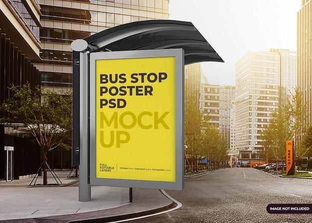 Maqueta de cartelera de parada de autobús de la ciudad realista