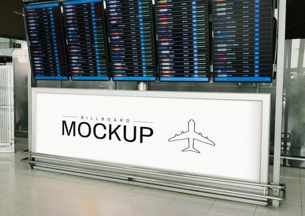 Maqueta de cartelera rectangular debajo de una pantalla de salida y llegada