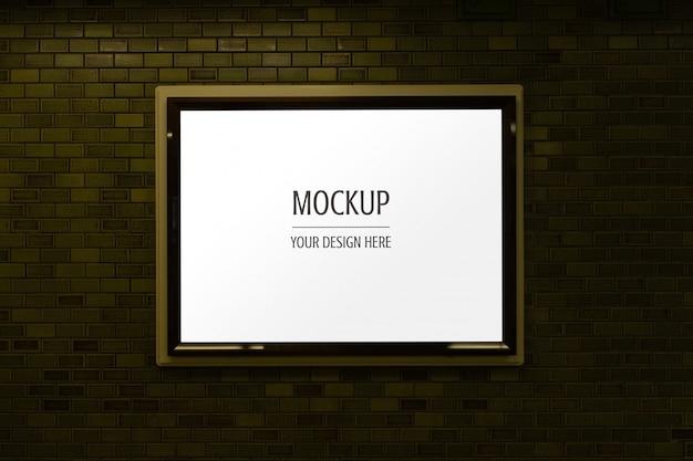 Maqueta de carteles luminosos de publicidad en marco de pantalla en pared de ladrillo