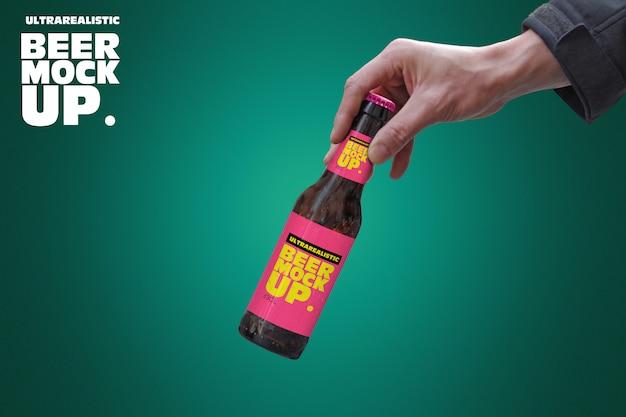 Maqueta de cerveza de mano inclinada