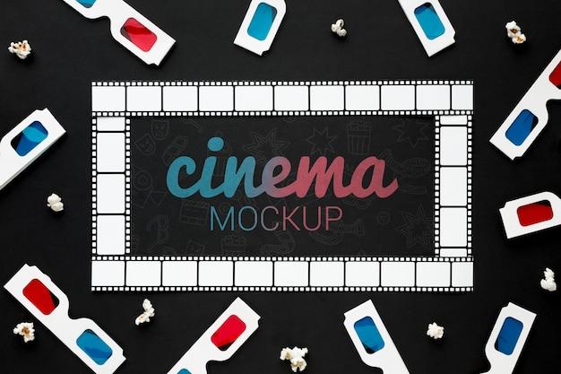 Maqueta de cine con tira de película y gafas 3d