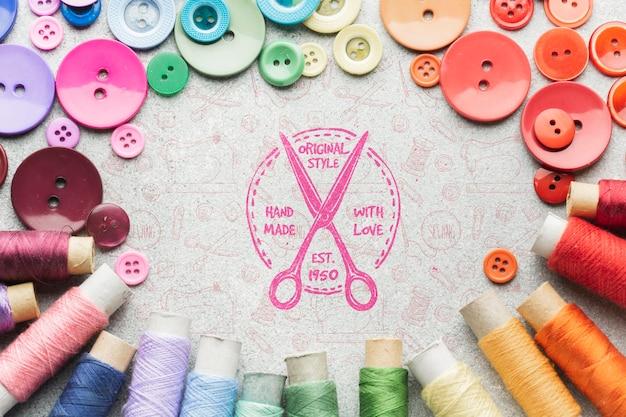 Maqueta colorida de hilos y botones