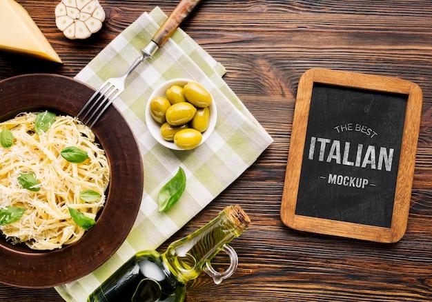 Maqueta de comida italiana, pasta y aceitunas.