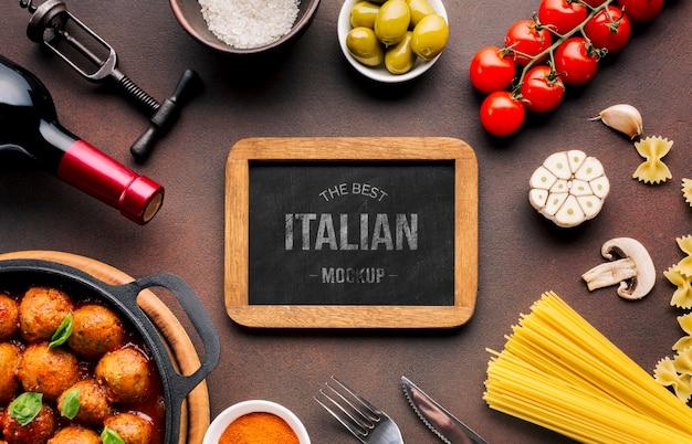 Maqueta de comida italiana, verduras y pastas.