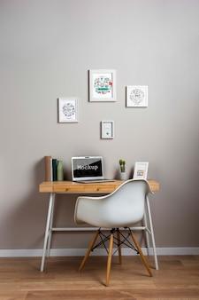 Maqueta de computadora portátil en un escritorio pequeño