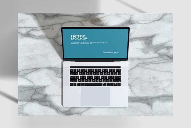 Maqueta de computadora portátil en la vista de cámara de escritorio de cerámica