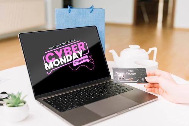 Maqueta del concepto de cyber monday en el escritorio