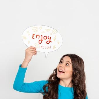 Maqueta de concepto de entretenimiento de niña feliz