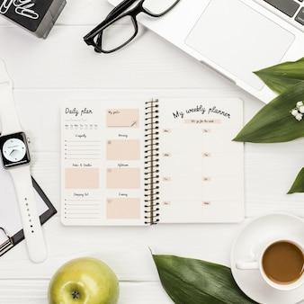 Maqueta de concepto de escritorio con agenda