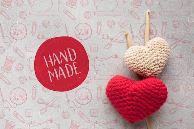 Maqueta de corazones tejidos a mano