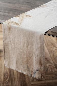 Maqueta de corredor de mesa floral psd en una mesa de madera