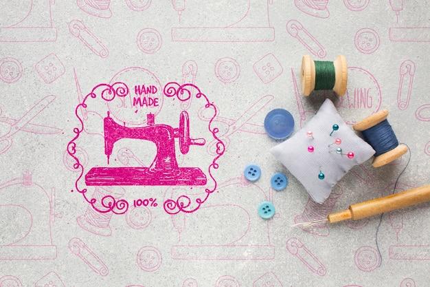 Maqueta de costura con herramientas de costura