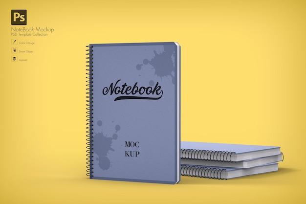 Maqueta de cuaderno en blanco realista con pila de cuadernos detrás