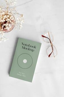Maqueta de cuaderno con gafas