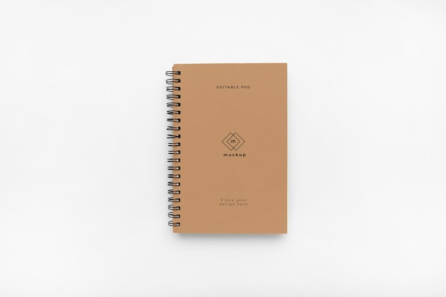 Maqueta de cuaderno de tapa dura sobre fondo blanco