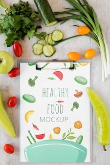 Maqueta de cuaderno y verduras