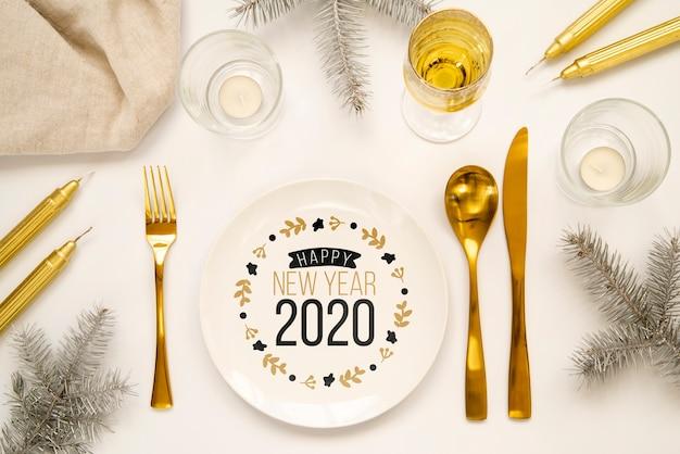 Maqueta de cubiertos de fiesta de año nuevo dorado