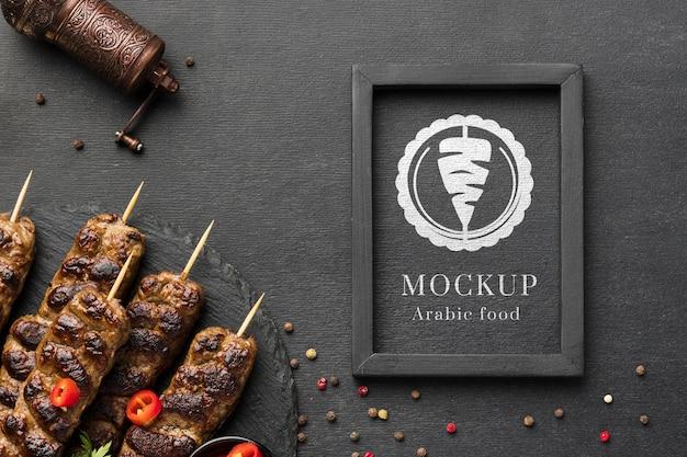 Maqueta de deliciosas brochetas de carne y especias.
