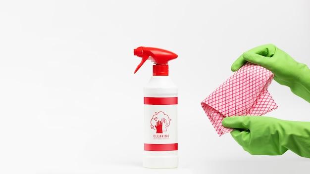 Maqueta de detergente en spray y paño de limpieza