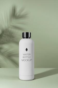 Maqueta de diseño de botella de agua reutilizable mínima