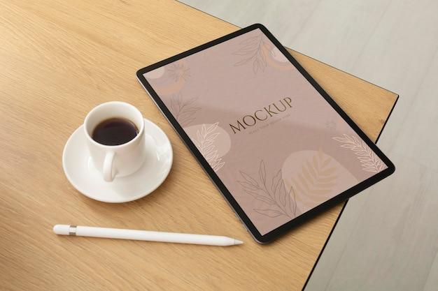 Maqueta de dispositivo minimalista en contexto real