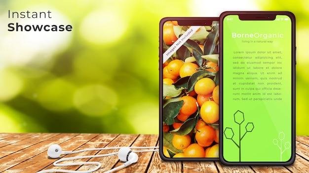 Maqueta de dispositivo perfecto de píxeles de dos tabletas y auriculares en mesa de madera rústica