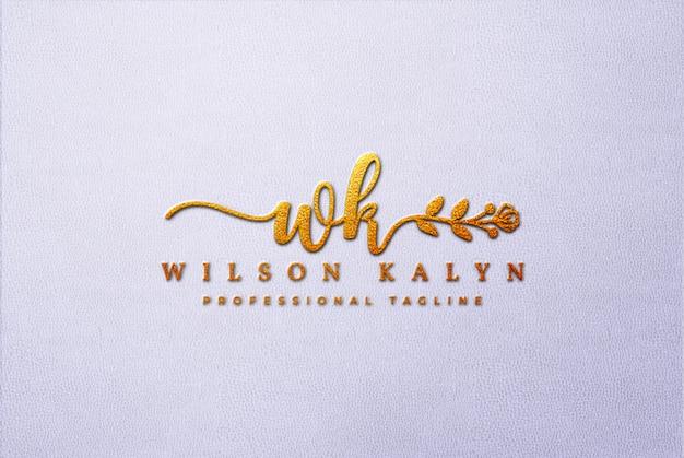 Maqueta dorada del logotipo 3d en cuero blanco