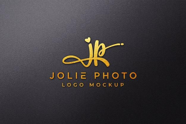 Maqueta dorada del logotipo 3d sobre lienzo negro