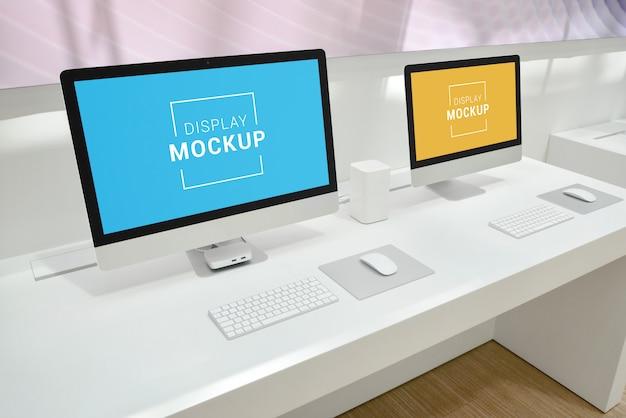 Maqueta de dos pantallas de computadora en el escritorio de oficina
