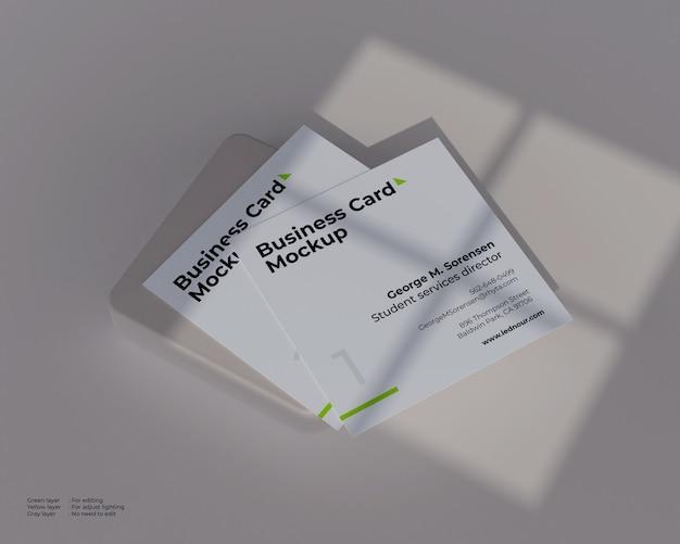Maqueta de dos tarjetas de visita cuadradas bajo sombra