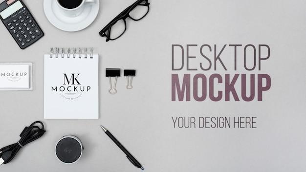 Maqueta de escritorio con notebook