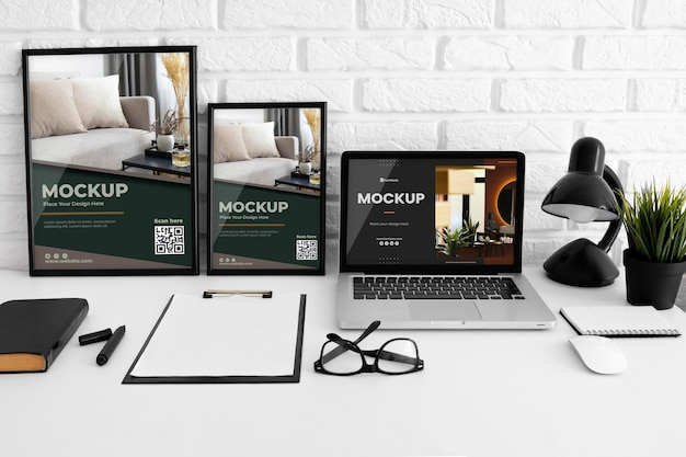 Maqueta de escritorio de oficina con dispositivo portátil
