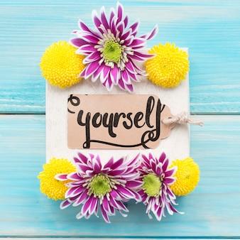 Maqueta de etiqueta con decoración floral