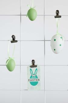 Maqueta de etiqueta de pascua con huevos