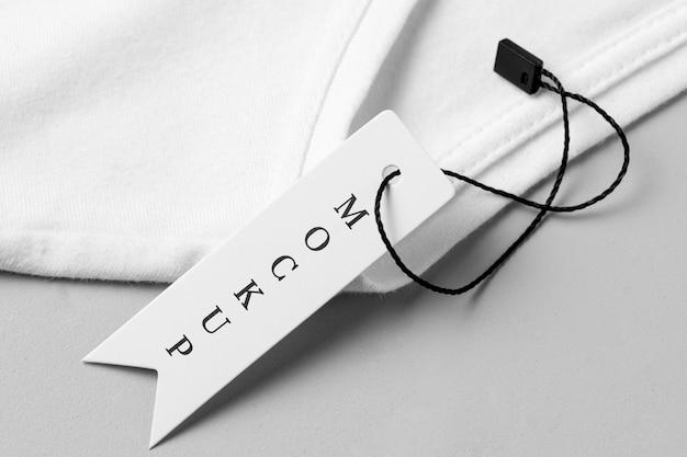Maqueta de etiqueta de ropa sobre tela blanca