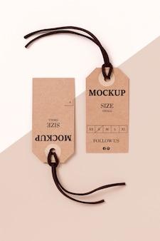 Maqueta de etiqueta de tamaño de ropa sobre fondo blanco y rosa