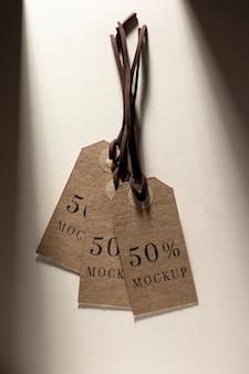 Maqueta de etiquetas de precio marrón colgando