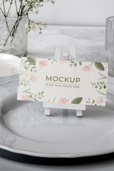Maqueta de exhibición de mesa con tarjeta de papel floral
