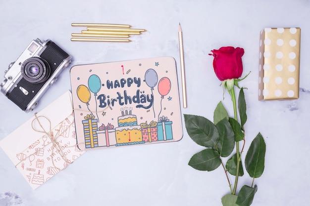 Maqueta de feliz cumpleaños con cámara rosa y retro