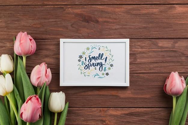 Maqueta flat lay de marco con concepto de primavera