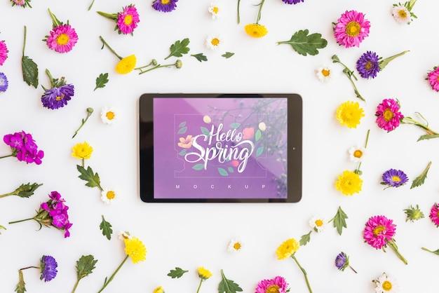 Maqueta flat lay de tableta con flores