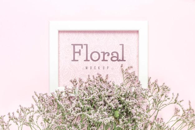 Maqueta floral con marco blanco