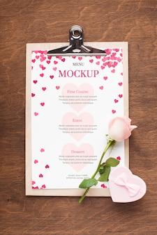 Maqueta de flores y regalos de vista superior