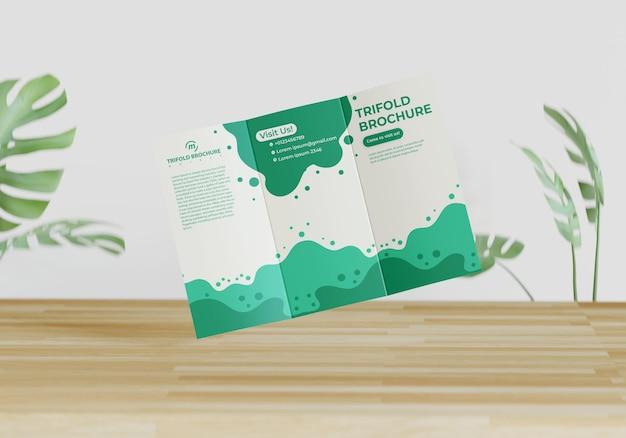 Maqueta de folleto tríptico con diseño de naturaleza.
