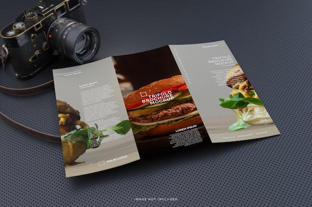 Maqueta de folleto tríptico tamaño carta con fondo oscuro