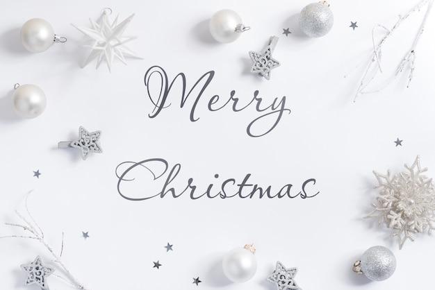 Maqueta de fondo blanco navideño con adornos